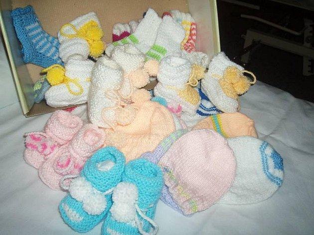 Marta Cvičková darovala porodnici krabici plnou pletených ponožek, papuček a čepiček.