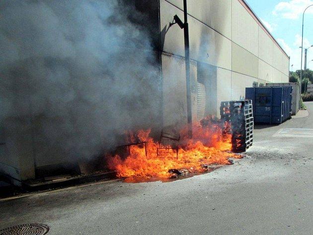 Požár palet a odpadu u nákladní rampy skladu nákupního střediska ve Zlíně.