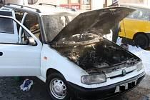 V centru Vizovic hořelo auto.