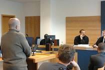 Sedm obžalovaných z takzvané ostravské větve metanolové kauzy stanulo v pondělí znovu u krajského soudu ve Zlíně. Na řadu přišla svědecká výpověď dvou odsouzených z hlavní zlínské větve – Jiřího Vaculy a Martina Jirouta.