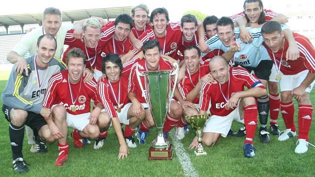 Fotbalisté Slovácké Sparty Spytihněv se právě radují v roce 2009 z prvního double. V posledních čtyřech letech se z nich rozhodně stali i přeborníci v oslavách.