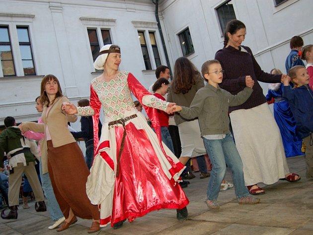 VÝUKA V PODÁNÍ LOS PUPKOS. Velkou pozornost poutalo vystoupení skupiny historického šermu Los Pupkos z Uherského Brodu na nádvoří zámku. Její členové předvedli nejen zběsilé šarvátky, ale i historické tance, které diváky dokonce vyučovali v krátkém kurzu.