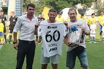 Bývalý hráč a mládežnický trenér Zlína Petr Kopal (uprostřed) před ligovým zápasem Fastavu s Karvinou obdržel k významnému jubileu dres i dárkový koš.