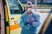 Speciálním odběrový stan začal fungovat od středy v areálu KNTB. Míří do něj pouze lidé, u nichž hygienici rozhodli o tom, že se vzhledem k probíhajícím příznakům onemocnění COVID-19 mají nechat otestovat.
