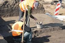 Exkurze zájemců na archeologickém nalezišti v Malenovicích