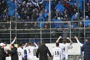Fotbalisté Slovácka oslavují se svými fanoušky vítězství ve Zlíně