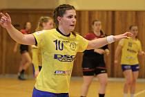 Interligové házenkářky Zlína (ve žlutém) v úvodním zápase skupiny  o záchranu doma nakonec porazily nováčka z Plzně 22:21