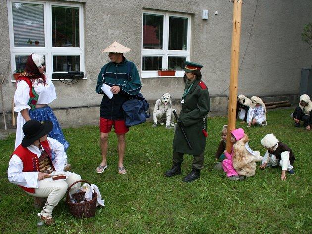 Valacha, jeho milou, stádo ovcí ale také policajta, vietnamského prodavače a psa Bóbika mohli 30. května spatřit diváci na tradičním kácení máje v Držkové na Zlínsku.