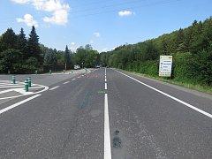 Místo, kde došloke střetu dvou osobních automobilů. U obce Neubuz na Zlínsku.