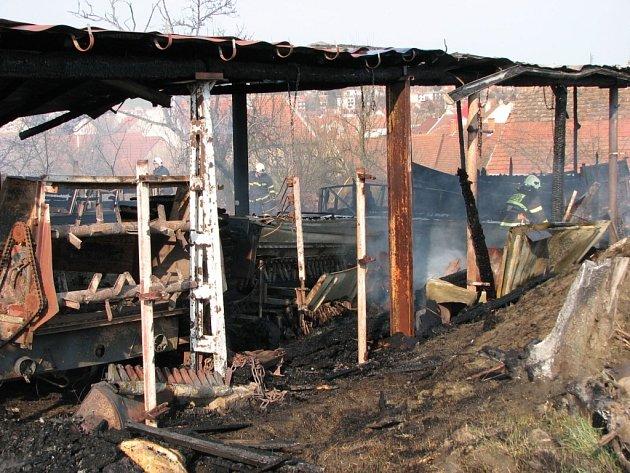 Rozsáhlý požár zemědělského přístavku v Hluku.