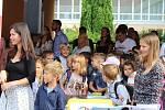 Začátku prvního školního dne nakonec počasí popřálo a tak se zahájení konalo ve venkovních prostorách školy.  V tomto školním roce přivítala ředitelka školy Jaroslava Müllerová téměř pětistovku žáků, poprvé usedne do školních lavic na šedesát nových prvňá