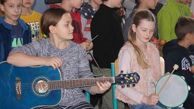 Rosťu z Naděje dojala nová kytara, složili se mu na ni malí třeťáci