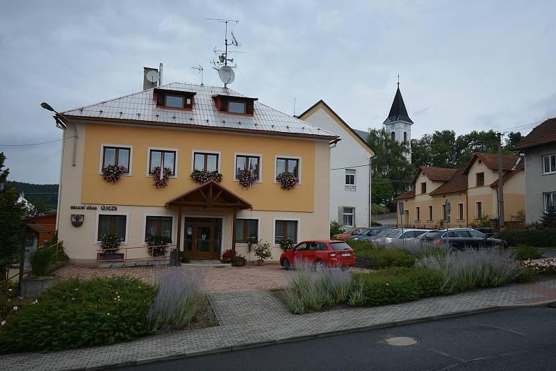 Vesničce Újezd na Zlínsku chybí podle místních snad jen moře. Na snímku z 26. srpna 2021 budova obecního úřadu.