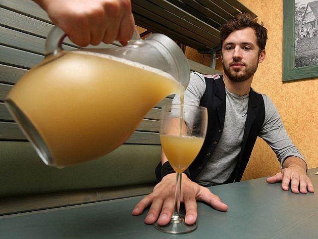 V zlínských vinotékách se začal objevovat letošní první burčák. Nápoj však nepochází z Česka a tak se kvůli registrované značce prodává pod názvem skvašený vinný mošt.