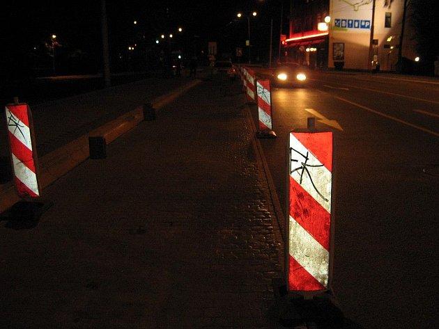 Cílem útoku vandala se stalo dopravní značení na Sokolské ulici.