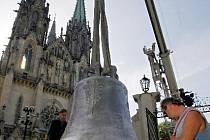 Největší český zvon vyrobený od konce druhé světové války včera dorazil do Olomouce.