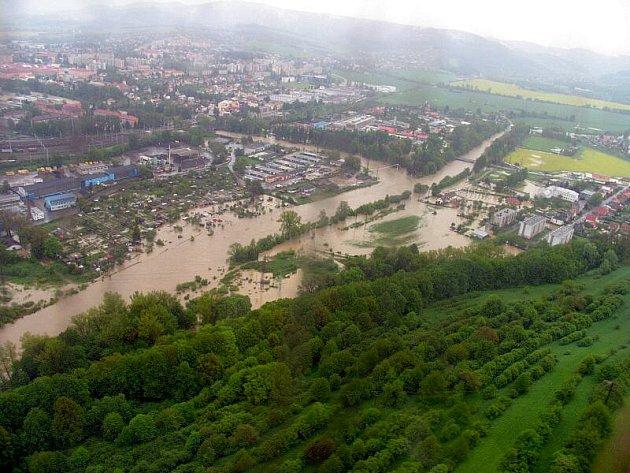 Letecké snímky povodněmi postiženého Zlínského kraje.