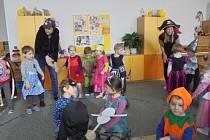 Masopustní veselí si užily děti ve fryštácké mateřince. Dováděly na karnevale