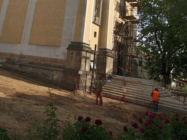 Hroby ležely v blízkosti kostelní zdi, kde před lety stál původní napajedelský hřbitov