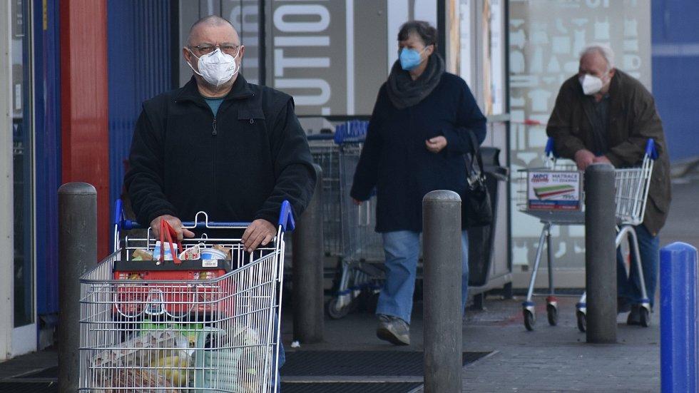 První den povinného nošení respirátorů v Kroměříži, 25. února 2021.