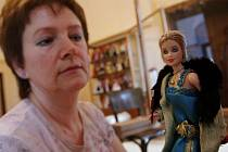Modely historických oděvů na panenkách ve Vizovicích