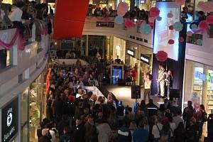 Další noční nakupování v srdci Zlína přilákalo opět stovky lidí.
