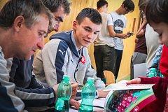 Trenéři Jan Suchopárek s Michalem Horňákem, patron Jan Koller a talentovaný brankář Matěj Kovář besedovali se zlínskými školáky.