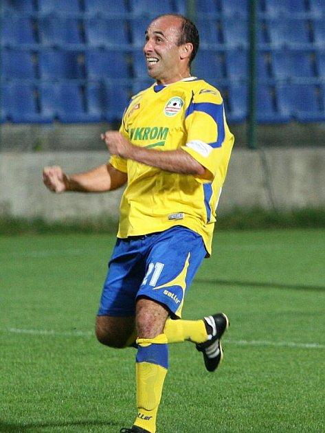 Fotbalisté zlínské Tescomy (ve žlutém) ve šlágru 6. kola II. ligy doma porazili Opavu 2:0