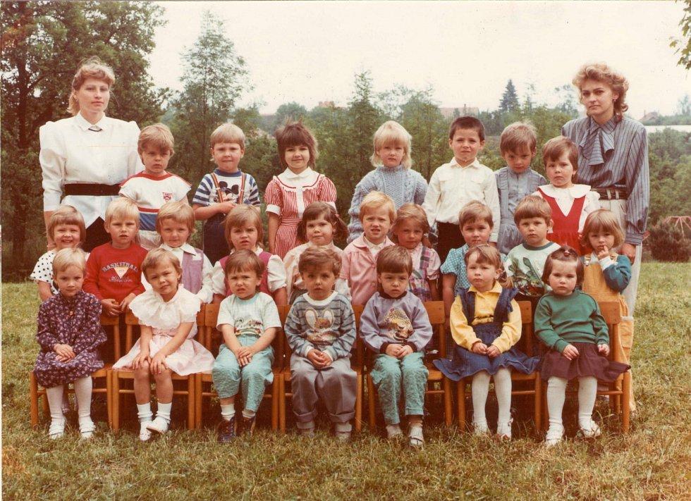 MŠ FRYŠTÁK 1989 - 1990. První třída. Děti pod vedením učitelek Alexandry Hochmajerové a Marcely Ševelové.