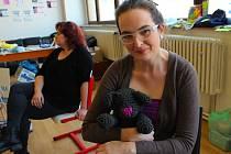 Markéta Tarabová ze Zlína háčkuje různé hračky, dekorace, čepičky a nově také sety pro novorozená miminka. Umění a šikovnost zdědila po své babičce, která ji to naučila.