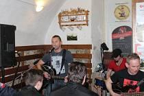 """Populární skupina Premier křtila o víkendu své nové cd """"Unplugged"""". Do Pivovaru Švec v Malenovicích ji přišly podpořit desítky fanoušků. Jedinečné akustické vystoupení sklidilo spokojený potlesk."""