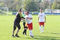 Fotbalové Louky o víkendu smetly Veselou (v bílých dresech) 5:0. Mnohem více se však diskutovalo o situaci z konce úvodního poločasu.