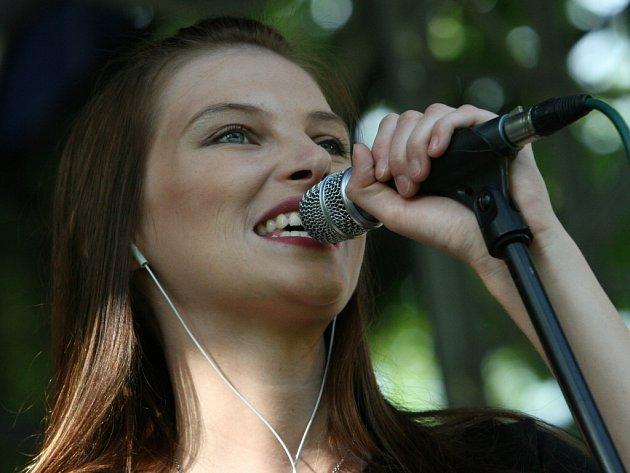 Iva Frühlingová zpívala ve zlínském parku Komenského.