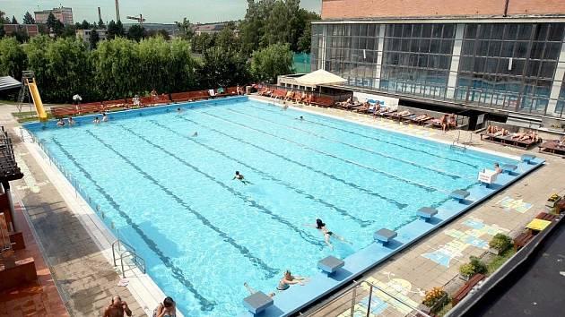 Venkovní bazén v Městských lázních ve Zlíně.