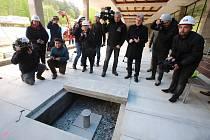 Ukládání časové schránky pro budoucí generace do podlahy na kolonádě v Luhačovicích.