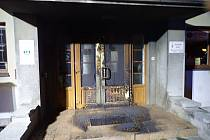 Stopy po požáru vstupních dveří Orlovny ve Slavičíně.