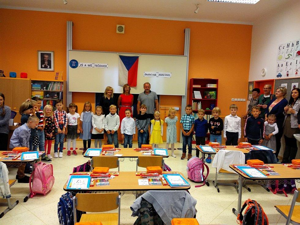 Prvňáčkům v Tečovicích předali symbolický klíč od školy žáci 5. třídy. Páťáci se stali prvňáčkům ihned průvodci prvními kroky ve škole.