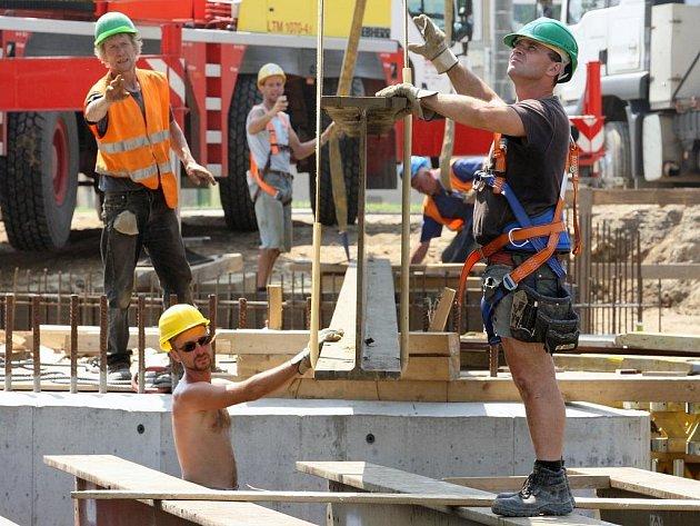 Práce na stavbě nového mostu přes řeku Dřevnici mezi Zlínem-Malenovicemi a Tečovicemi jsou v plném proudu.