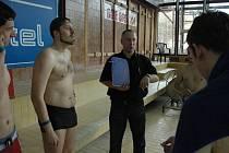Fyzické testy uchazečů o práci městského strážníka v otrokovicích zahrnovaly dvanáctiminutový a člunkový běh, lehsedy nebo plavání. Zkoušky se zúčastnil i reportér zlínského deníku Nikola Synek (s vousem).