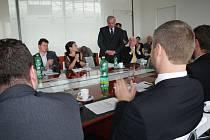 Univerzita Tomáše Bati ve Zlíně má staronového rektora. Je jím Petr Sáha, který řídil vysokou školu v letech 2001 – 2007. V úterý 19. října jej do funkce znovu zvolil akademický senát.