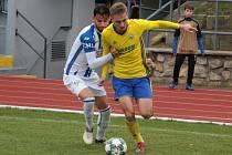 Fotbalisté Zlína B (ve žlutých dresech) prohráli v posledním podzimním zápase ve Znojmě 1:2