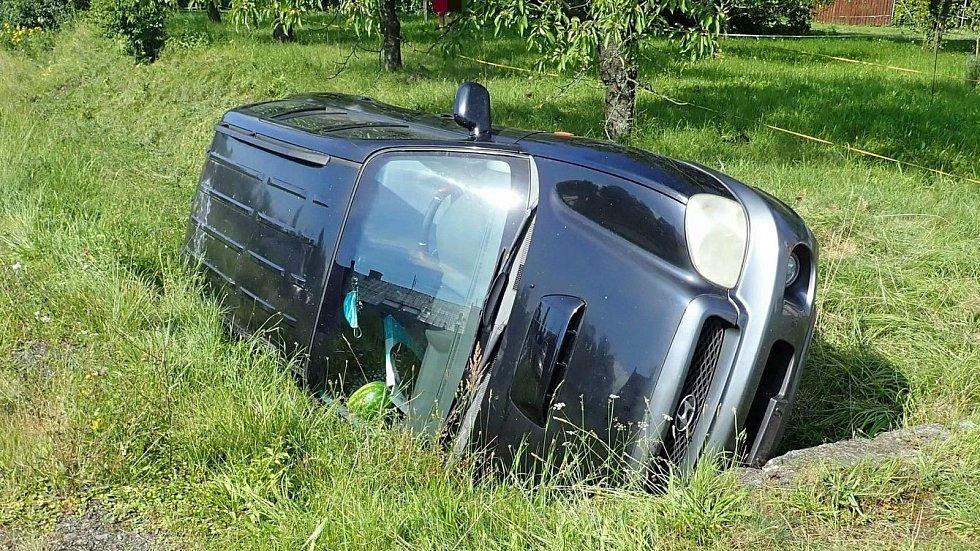 Nehoda osobního vozu v Dobroticích na Kroměřížsku; sobota 25. července 2020