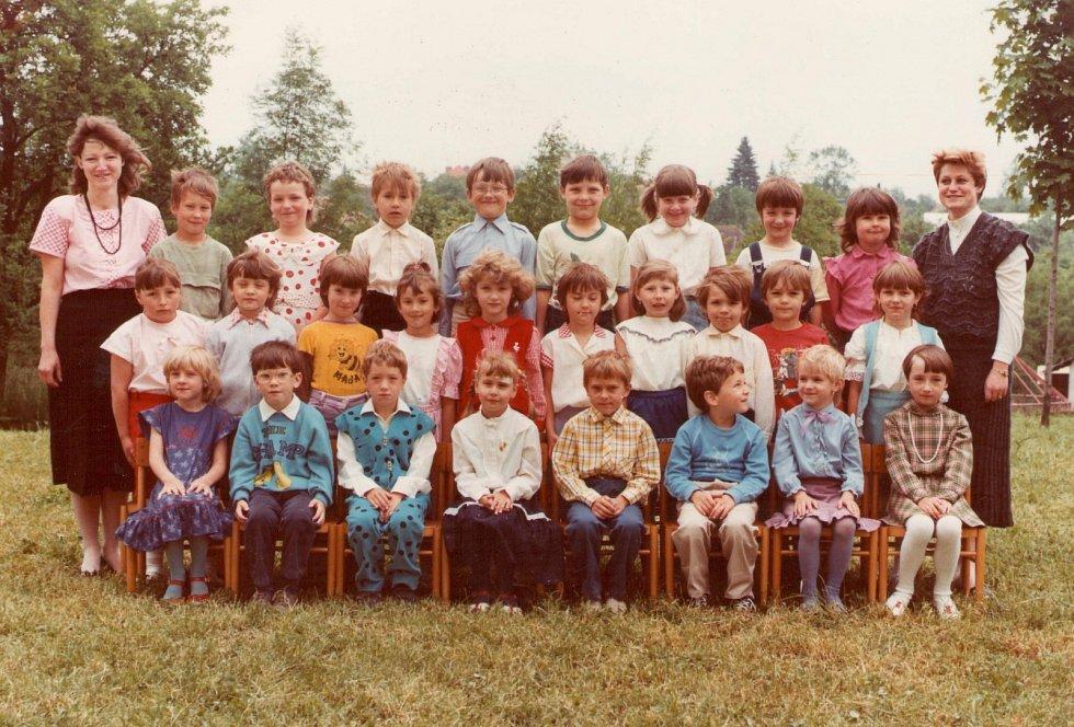 MŠ FRYŠTÁK 1989 - 1990. Třetí třída. Děti s učitelkami Danou Konečnou a Ilonou Staňkovou.