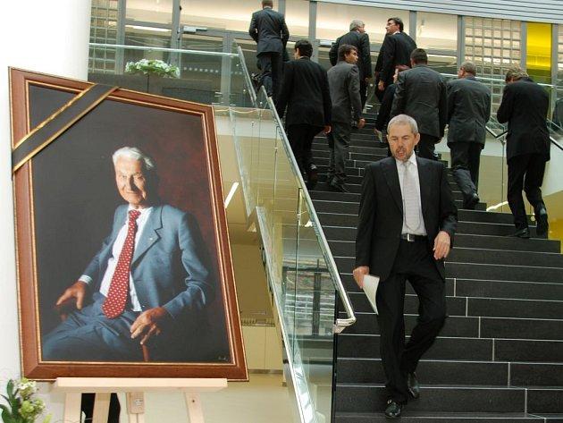 Vzpomínku na Tomáše Baťu jr. ve zlínském Univerzitním centru moderoval Marek Eben. Účastnilo se jí přes tři sta hostů.