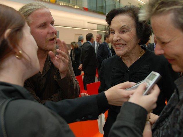 Sonja Baťová při rozhovoru s novináři