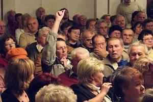Na tři sta obyvatel Otrokovic přišlo včera do tamního Společenského domu vyjádřit nesouhlas s výstavbou bioplynové stanice v areálu městské teplárny v místní části Baťov.
