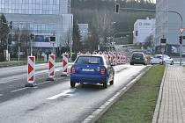 Semafory ani vlaková signalizace na křižovatce u Terna nefunguje. Z provozu ji vyřadila nehoda auta.