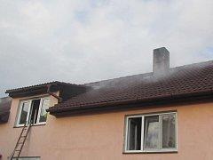 Plameny zničily šatnu v domě ve Žlutavě