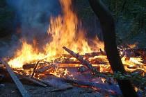 Hasiči likvidovali rozsáhlý požár dřevěné chaty v Malenovicích.