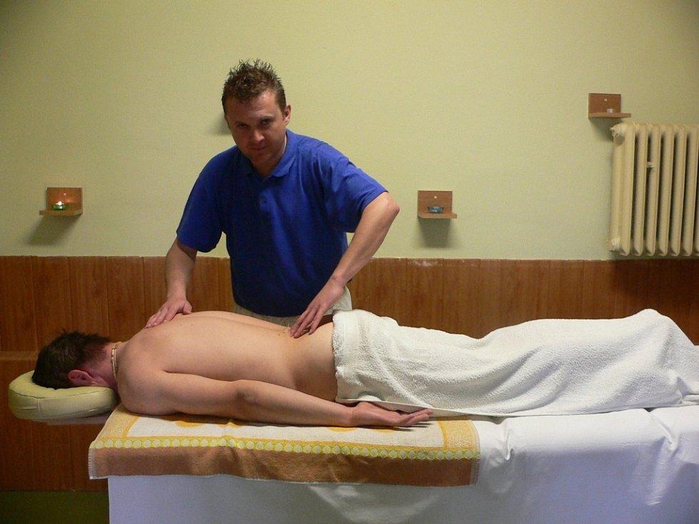 LEKTOR. Metoda Spinal Touch je založena na lehkých dotycích špiček prstů. Efekt může být, podle slov terapeuta a lektora Pavla Grebeníčka okamžitý, v těžších případech se ale musí zopakovat.